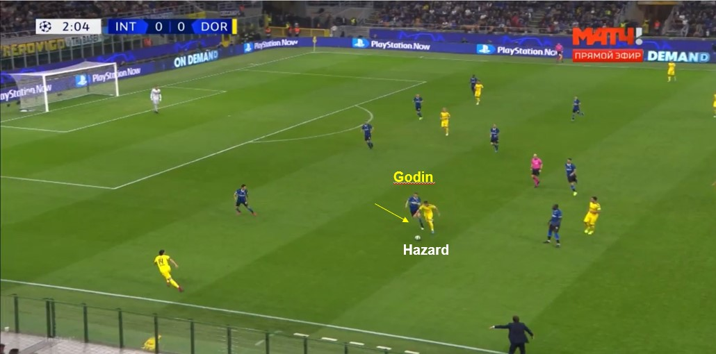 contro il Borussia, Godin rompre la linea per andare a cotrasto su Hazard